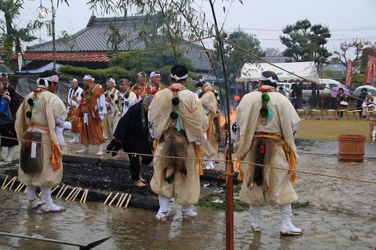 柴橙大護摩供養要・火渡り式